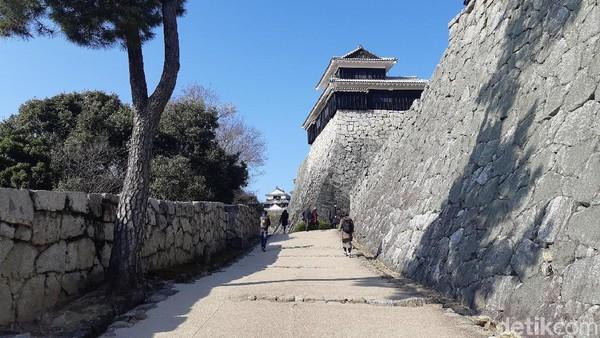 Layaknya kastil zaman dulu yang memiliki banyak pengamanan, Matsuyama Castle memiliki benteng yang tinggi sebagai menara pandang. (Bonauli/detikTravel)