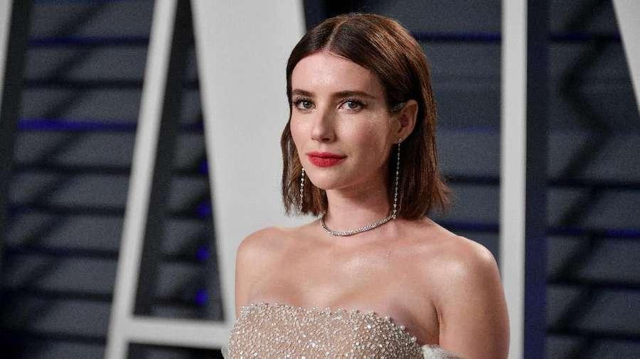 Gaya Seksi Emma Roberts dengan Dress Menerawang