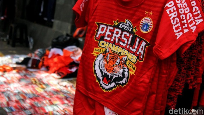 Jelang Laga Persija kontra Becamex Binh Duong, kawasan Stadion GBK dipenuhi warna jingga. Pernak-pernik dan atribut Persija nampak dipasarkan para pedagang.