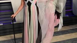 Selma Blair memakai tongkat bantu berjalan karena tubuhnya digerogoti penyakit multiple sclerosis (MS). Ia sempat menangis haru di acara Oscar 2019.