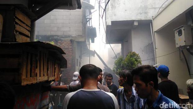 Kebakaran di Krukut Jakbar Padam, Petugas Lakukan Pendinginan