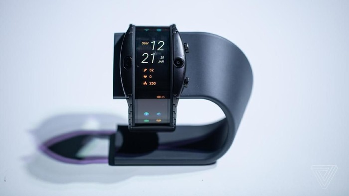Smartwatch layar lengkung Nubia Alpha. (Foto: dok. The Verge)