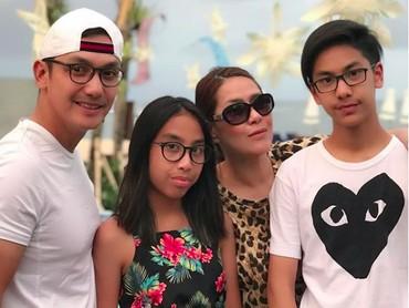 Dari sekian banyak foto yang diunggah di media sosial, foto keluarga lengkap seperti ini jumlah cukup banyak, lho. (Foto: Instagram @gunawan_sudrajat_real)