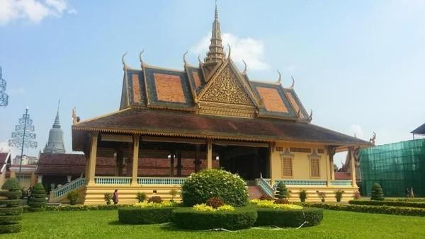 Jangan lupa berkunjung ke Royal Palace, istana Kerajaan Kamboja. Kita bisa mengagumi arsitektur bangunan ini. Di dalam istana ada foto Presiden Soekarno dan Raja Norodom Sihanouk (Juan EC Lawalata/dTraveler)