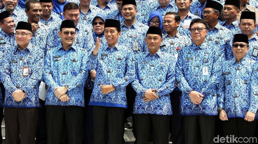 Momen Jokowi dan Pegawai Negeri Kompak Berseragam Korpri