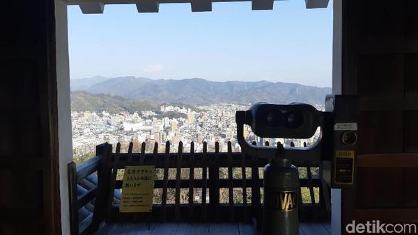 Matsuyama Castle punya 4 lantai. Di lantai paling atas, wisatawan bisa melihat langsung keindahan Kota Matsuyama dari 4 sisi. (Bonauli/detikTravel)