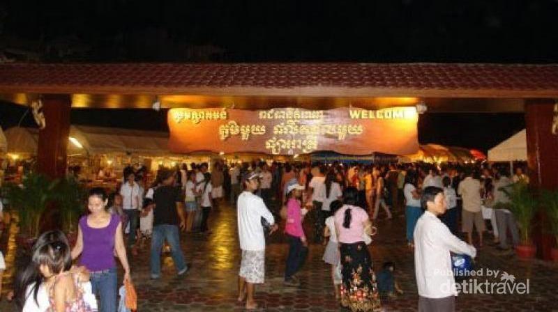 Usai kemenangan Timnas U-22 rayakan kegembiraan kamu di Phnom Penh Night Market. Kamu bisa menyicipi kuliner malam yang enak dan murah. Hati-hati copet ya! (Danang Danubrata/dTraveler)