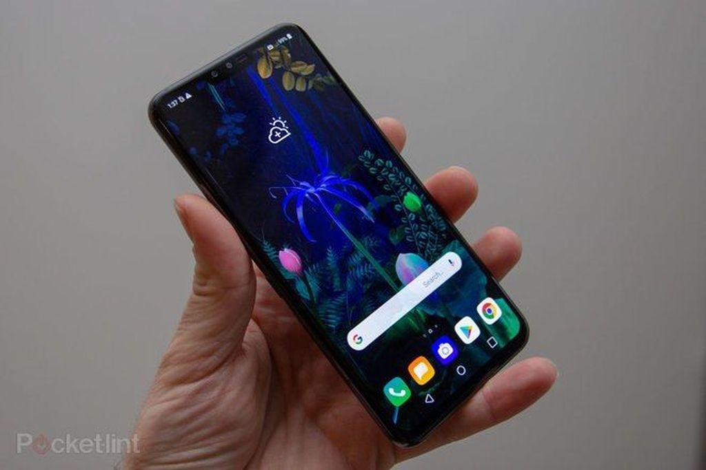 LG V50layarnya seluas 6,4 inch resolusi 1.440 x 3.120 pixel Amoled. Ini dalam keadaan berdiri sendiri, belum dipasang casing layar ganda. Foto: Pocket Lint