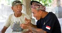 Lebih dari separuh warga desa yang bisa mendengar di Desa Bengkala juga belajar bahasa isyarat Kata Kolok. Hal ini semata-mata untuk kepentingan berkomunikasi dengan anggota keluarga dan teman-teman tuna rungunya (Mark Eveleigh/BBC Travel)