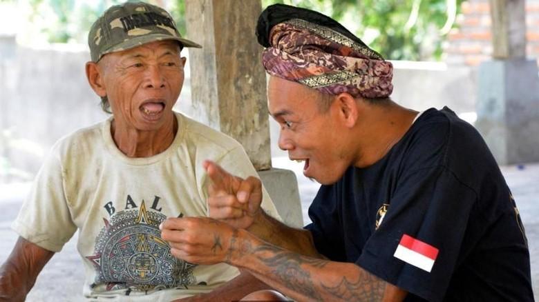 Orang kolok atau tuli dengan bahasa isyarat di Bali (Mark Eveleigh/BBC Travel)