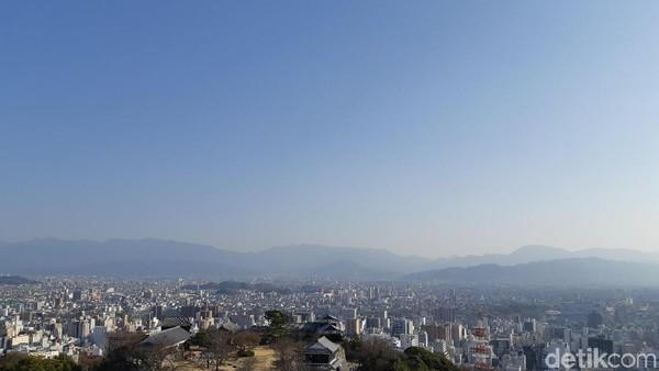 Bukan cuma melihat Kota Matsuyama. Tapi masyarakat di seluruh Matsuyama juga bisa melihat kastil ini dari tempat mereka berdiri. (Bonauli/detikTravel)