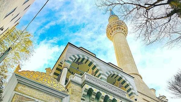 Masjid ini menjadi salah satu masjid yang menjadi obrolan di Indonesia karena digunakan sebagai tempat pernikahan Syahrini. (Instagram/@tokyocamii)