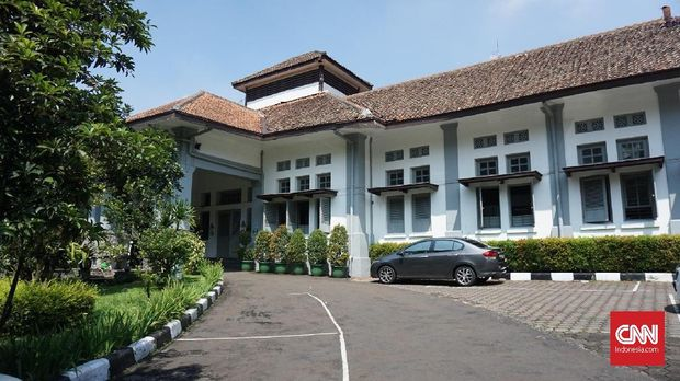 Bangunan untuk sekolah Dilan dan Milea dipilih yang berkonsep jadul.