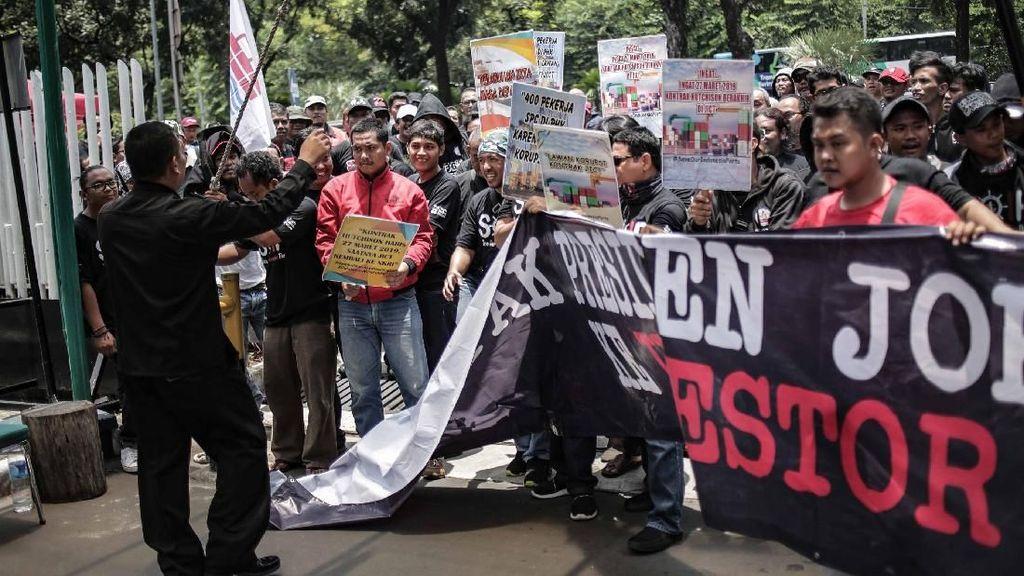 Aksi Pekerja Pelabuhan Paksa Masuk Kementerian BUMN