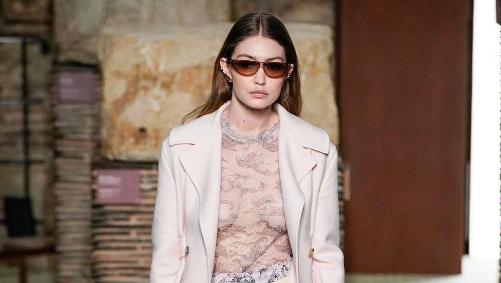 Gigi Hadid Seksi Tanpa Bra di Catwalk Lanvin saat Paris Fashion Week