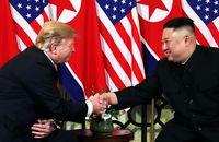 Presiden Trump saat bertemu Kim di Vietnam.