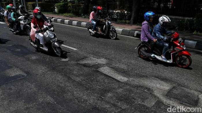 Jalan berlubang terlihat lagi di kawasan Gunung Sahari, Jakarta. Jalan itu sebelumnya sudah diperbaiki namun kembali berlubang dan membahayakan pengguna jalan.