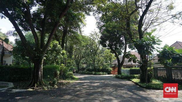 Jalan Milea adalah tempat pertemuan pertama Milea dan Dilan di film 'Dilan 1990.'