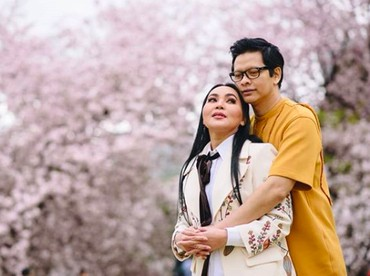 Dewi Gita dan Armand Maulana baru saja merayakan ulang tahun pernikahan yang ke-25. Keduanya menikah di Bandung pada 1994 silam. Pernikahannya langgeng dan harmonis, meski Dewi Gita berusia setahun lebih tua dibanding Armand Maulana.(Foto: Instagram @dewigita01)