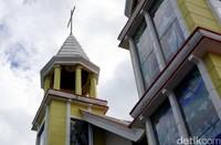 Gereja ini ada di Jalan Efraim Lengkong, Kelurahan Manembo-nembo, Kecamatan Matuari, Kota Bitung. Turis bisa mengagumi sejarahnya atau sekadar melihat ornamen gereja yang cantik. (Wahyu/detikTravel)