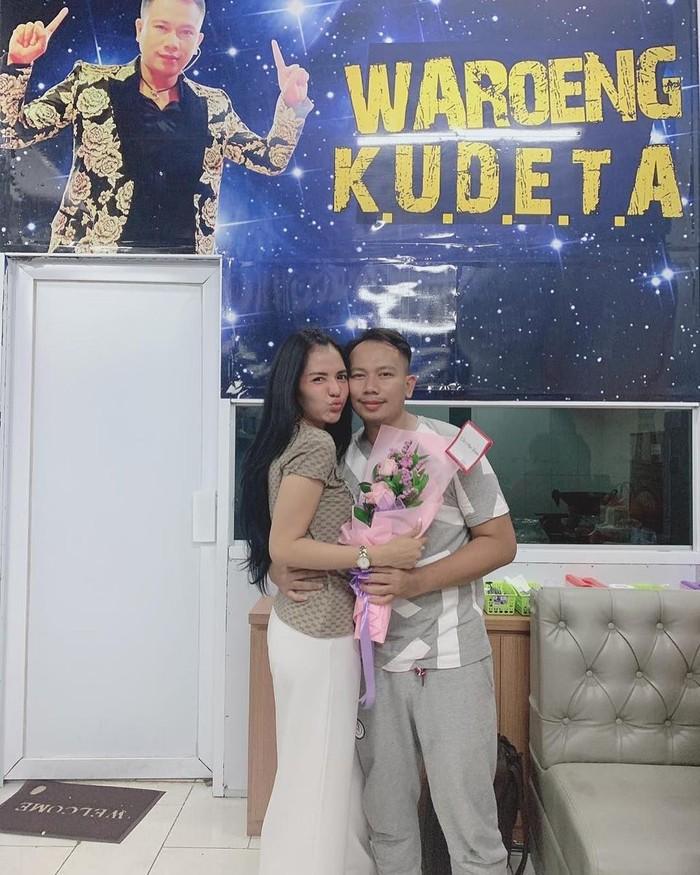 Meski baru membina hubungan, Anggia dan Vicky sudah sering menunjukkan momen bersama. Angia juga hadir untuk memberikan dukungan ke restoran Waroeng Kudeta milik Vicky. Foto: Instagram @anggia_chan/Istimewa