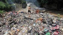 Jorok! Sampah Menumpuk di Kali Cibinong