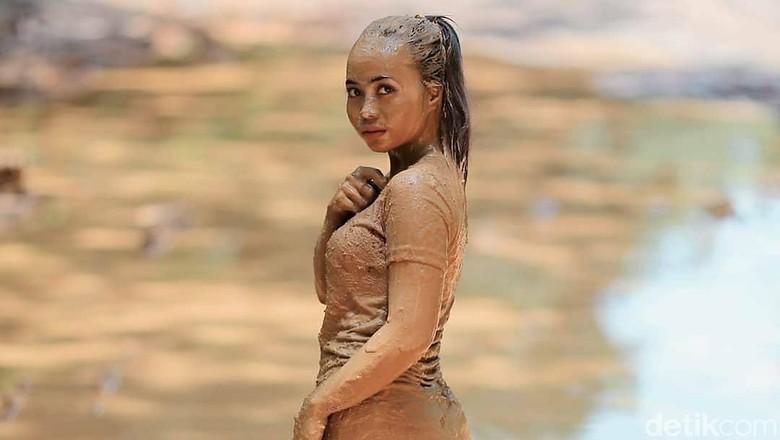 Model Mandi Lumpur di Jalan Rusak, Bupati: Dana Terbatas