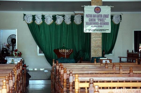 Untuk sementara, altar maupun tempat berdoa bagi jamaat dipindah di sisi samping gereja. Di sini masyarakat biasa beribadah. (Wahyu/detikTravel)