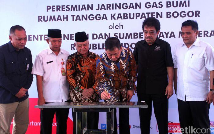Jonan menandatangani prasasti peresmian Sambungan Rumah (SR) Jaringan Distribusi Gas Bumi (Jargas) Rumah Tangga di Bogor, Rabu (27/2/2019).