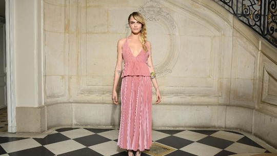 Pesona Cara Delevigne dengan Dress Pink