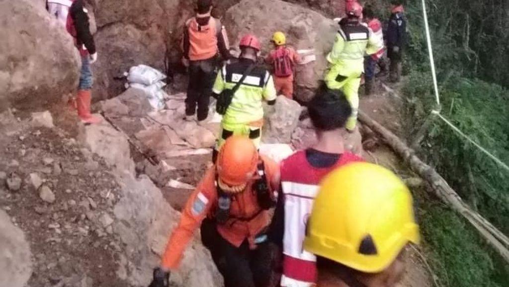 Potret Evakuasi Korban Longsor Tambang Emas Ilegal di Bolmong