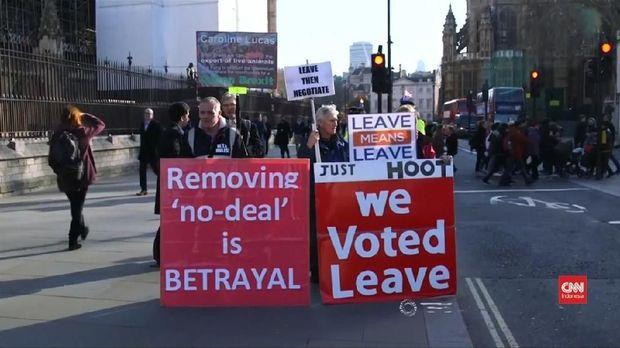 Tuntutan massa demonstrasi pro-Brexit.