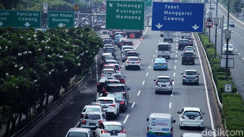 Kemacetan Imbas Arak-arakan di Jalan Sudirman