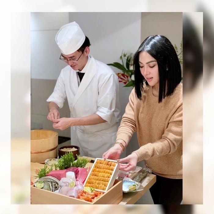 Saat berkunjung ke Tokyo, Jepang di tahun 2018 lalu, penyanyi cantik itu sempat mengikuti sebuah cooking class. Kira-kira apa yang akan ia buat, ya? Foto: Instagram princessyahrini