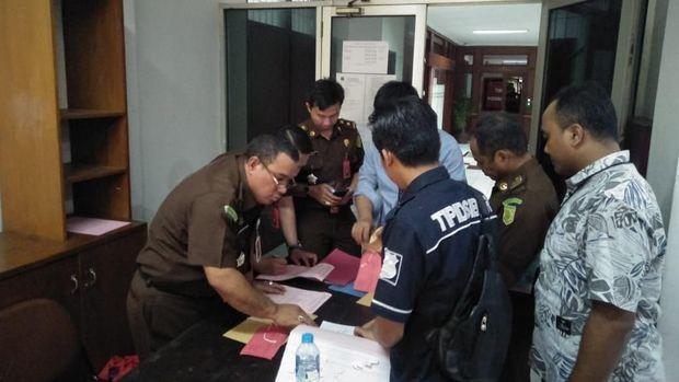 Tersangka kreator hoax 7 kontainer surat suara tercoblos, Bagus Bawana Putra (BBP) diserahkan ke Kejari Jakpus.