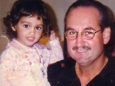 Cinta terlihat sudah dekat dengan Papa Michael sedari kecil, Bun. Setidaknya hal itu terlihat dari foto masa kecilnya bersama sang papa yang diunggah pada perayaan hari ayah sedunia. (Foto: Instagram @claurakiehl)