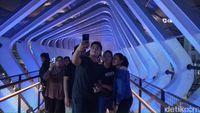 Menjajal JPO Instagramable di Sudirman yang Baru Diresmikan Anies