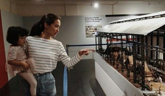 Mengajak si kecil Salma. Atiqah menyempatkan mampir ke museum Colomadu. Ini adalah pabrik gula yang tadinya terbengkalai dan dibangun kembali menjadi sebuah museum. Foto: Instagram@atiqahhasiholan/ Instagram@riodewanto
