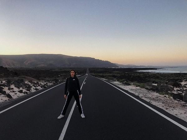 Gayanya saat berfoto di jalan Lanzarote, sebuah pulau di Samudera Atlantik (majakrag/Instagram)