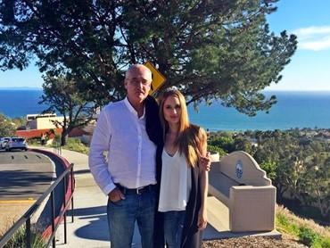 Momen menghabiskan waktu bersama sang papa di tepian sebuah pantai di Malibu, California. Cinta sampai menyebutya sebagai Daddy daughter day. (Foto: Instagram @claurakiehl)