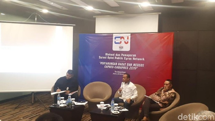 Foto: Lembaga Survei Cyrus Network merilis hasil survei elektabilitas Jokowi-Maruf dan Prabowo-Sandi. (Dwi-detikcom)