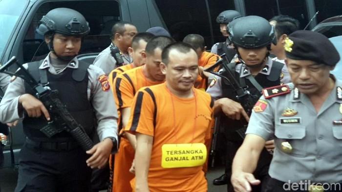 Polisi menggiring komplotan pembobol ATM di Suakbumi. (Foto: Syahdan Alamsyah/detikcom)