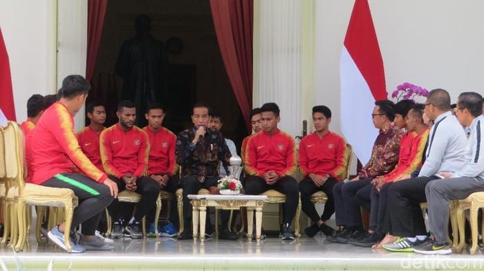 Presiden Joko Widodo (Jokowi) menerima Timnas U-22 di Istana Negara. (Foto: Noval Dhwinuari Antony/detikcom)