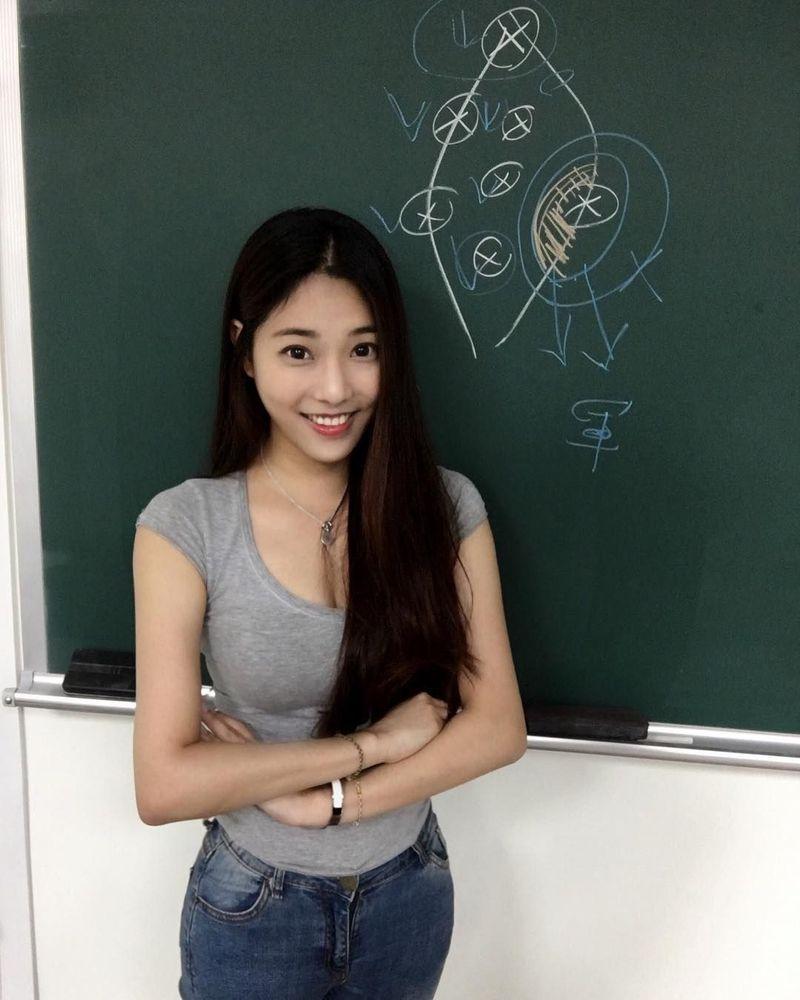 Jhiawen Cheng mendadak viral karena paras cantiknya dan juga seorang dosen muda. Dia merupakan mahasiswa S2 hukum di Taipei's Chinese Culture University yang sedang menyelesaikan tesis (jhiawen.cheng/Instagram)