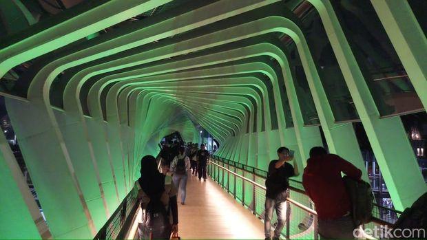 Kesan Pengguna JPO GBK: Cantik, Lewat Sini Kayak di Singapura!