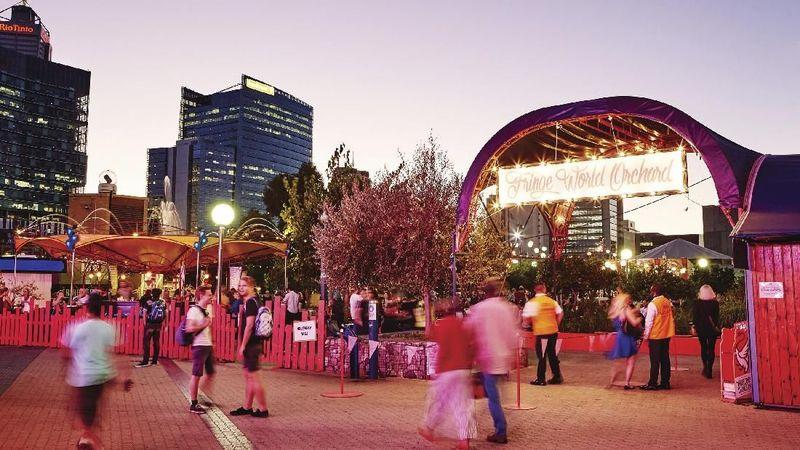 Pada bulan Januari akan ada acara tahunan musim panas Fringe World Festival. Ada 700 acara di lebih dari 130 tempat di seluruh Perth (Tourism Western Australia)