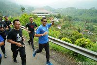 Sandi Uno berlari di Tegal.