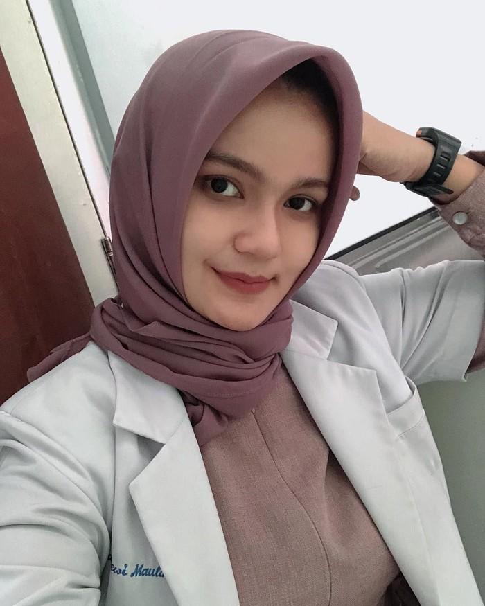 Wanita berdarah Aceh ini memiliki senyum manis yang selalu ia lemparkan. Kepalanya yang tertutup hijab membuat tampilannya adem. Foto: instagram @deqmoy