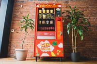 Canggih! Vending Machine Ini Gunakan Medsos Buat Beri Mie Instan Gratis