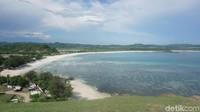 Pantai Tanjung Aan yang terlihat indah dari Bukit Merese (Afif Farhan/detikTravel)